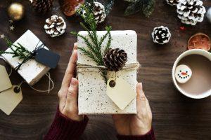 pakowanie prezentu bożonarodzeniowego