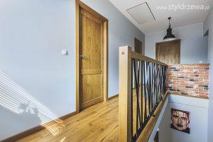 Ponadczasowe drewniane podłogi i drzwi