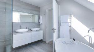 Bezpieczne i komfortowe drzwi do łazienki – jak je wybrać