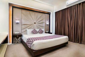 Narzuty na łóżko - jak łączyć je kolorystycznie z zasłonami